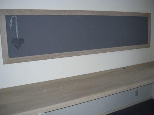 Prikbord met houten werkblad
